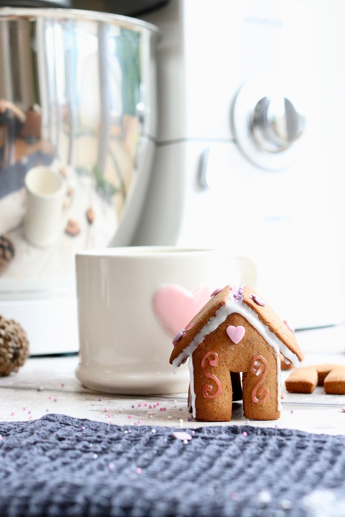 how to make mini gingerbread houses, gingerbread, christmas gingerbread, how to make gingerbread, katecooks, food, christmas baking, mini gingerbreads, stocking fillers, kenwood chef,