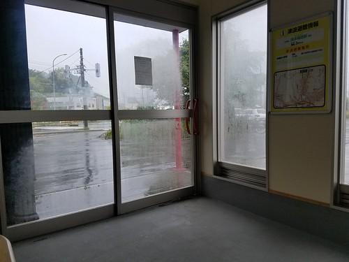 嵐の中走り、発狂して雨宿り
