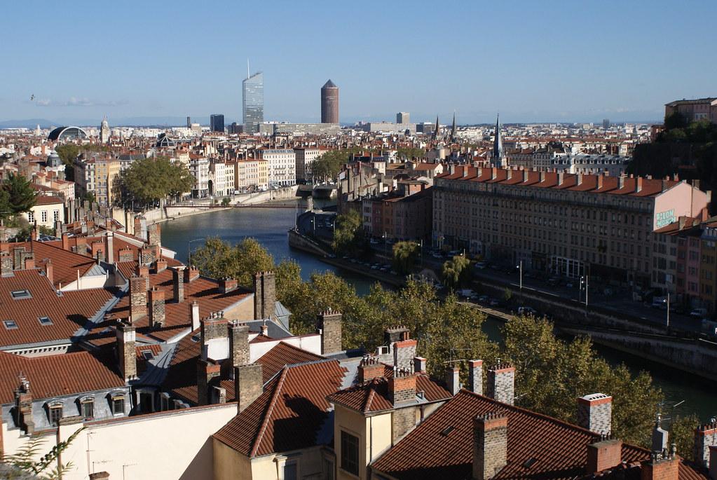 Vue sur les quais de Saône depuis le parc des Chartreux à Lyon.