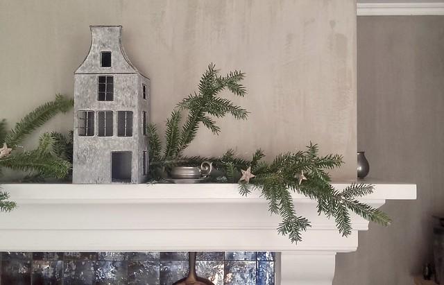Huisjes dennengroen op de schouw kerst