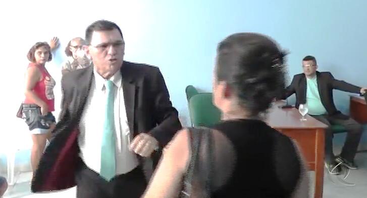 Aliado de Chico Alfaia tenta agredir professora no plenário da Câmara; vídeo, Agressão em Óbidos - Carlinhos Guimarães