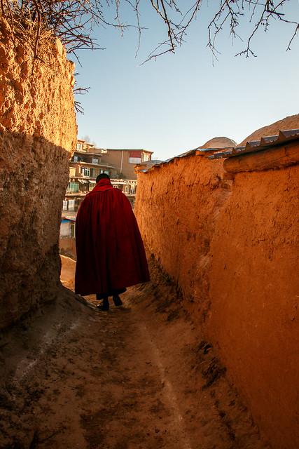 Walking monk in Kandze Monastery, Garzê 甘孜 カンゼゴンパの路地を歩く僧