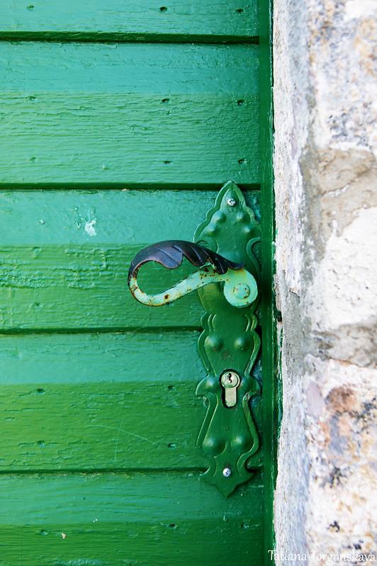 Фрагмент двери с ручкой