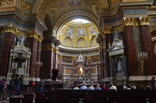 Der Innenraum mit goldenen Kapitellen