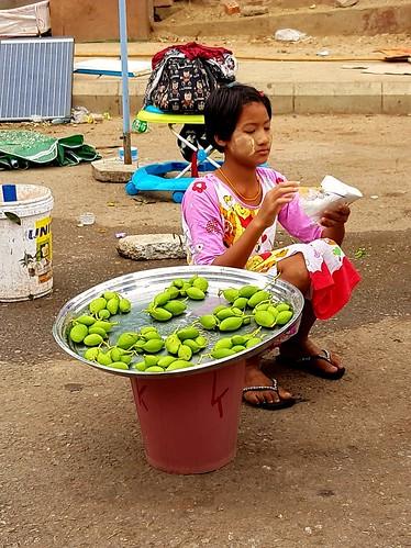 Straßenhändlerin am Fuß der Shwedagon-Pagode