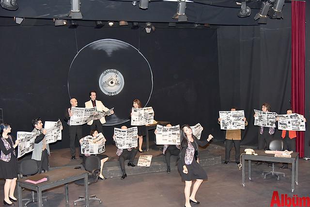 Alanya Belediye Tiyatrosu, Türk tiyatrosunun başyapıtlarından 'Gözlerimi Kaparım Vazifemi Yaparım' oyununu seyirciyle buluşturdu. -8