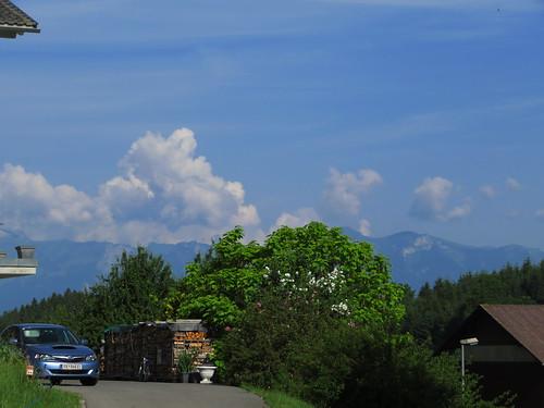 20170615 05 053 Jakobus Röns Wolken Berge Bäume HolzStapel