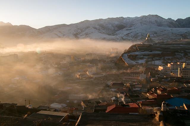 Garzê town view from Kandze Monastery カンゼゴンパから眺める朝靄の甘孜の町