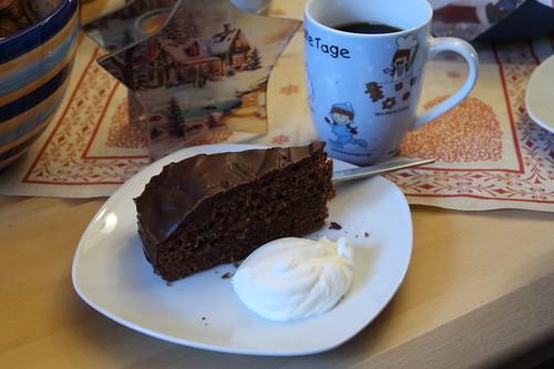 Weihnachtlicher Schokoladenkuchen mit Sahne