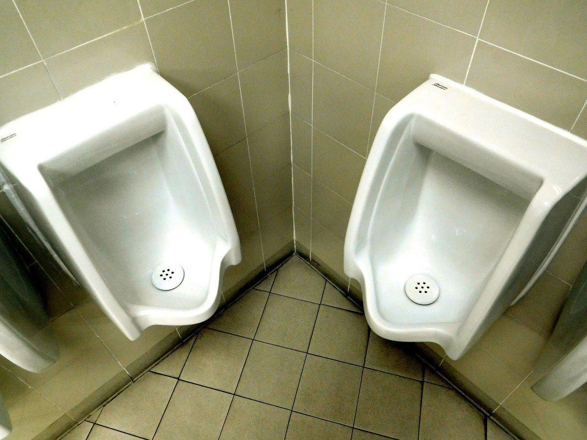 角落兩個尿兜的使用者佔用同一空間,互不相容,建有兩個尿兜也沒有用,現實裏只有一個客人可以在此小便