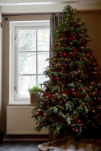 Kerstboom rood versierd