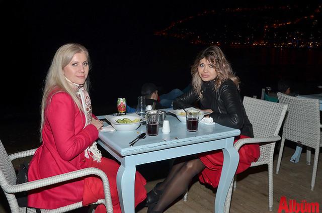 Alina Jontur ve arkadaşı Albüm için poz verdi.