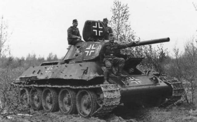 Αιχμάλωτο σοβιετικό T-34 με γερμανικά διακριτικά.