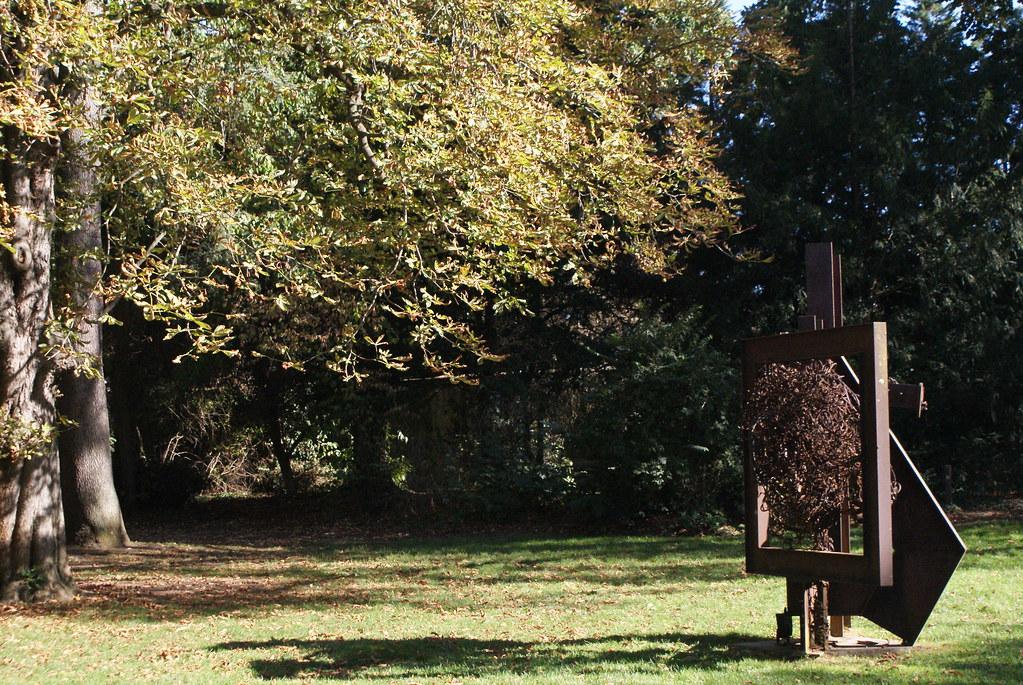 Oeuvre d'art contemporain dans le parc de la Villa Gilet à Lyon.