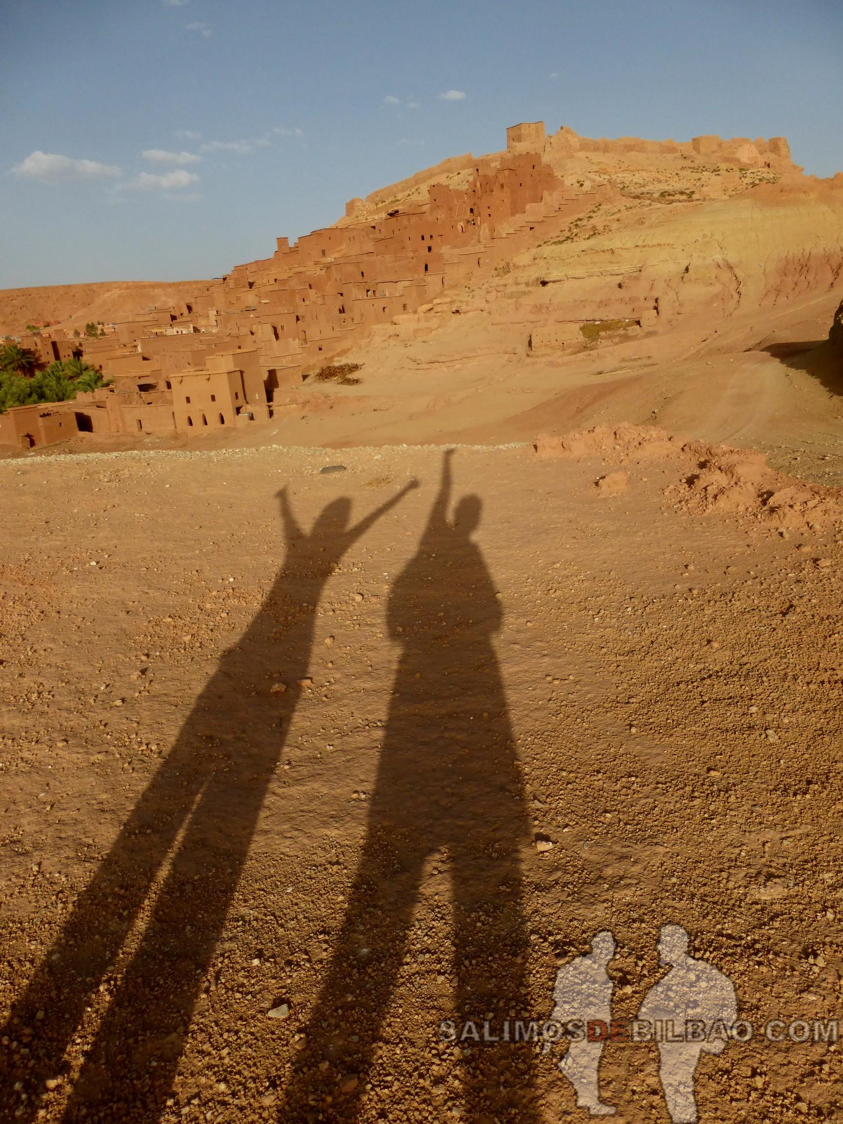 606. Katz y Saioa en sombras, Rodeando el Kasbah Ait Ben Haddou