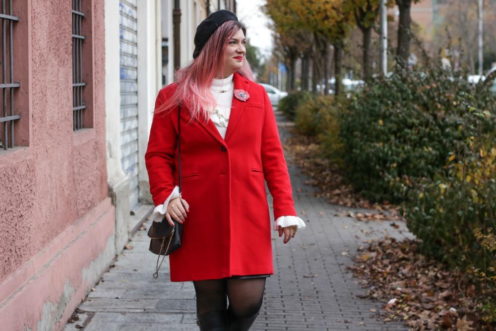 Outfit plus size rosso bianco e nero, maglione con balze e gonna ricamata (3)