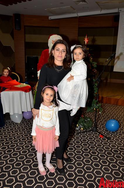 Vefa Aghayeva ve kızları Albüm için poz verdi.