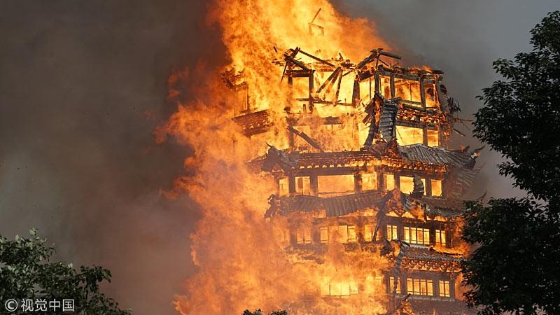 Pagoda kayu berlantai 16 di kompleks Lingguan Mansion, di Jiulong, Kota Mianzhu, Provinsi Sichuan, Tiongkok, ludes terbakar pada Minggu (10/12/2017)