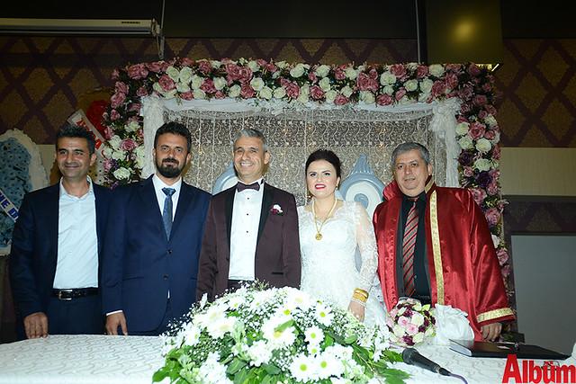 Mutlu çift nikah töreninin sonunda şahitleriyle birlikte hatıra fotoğrafı çektirdi.