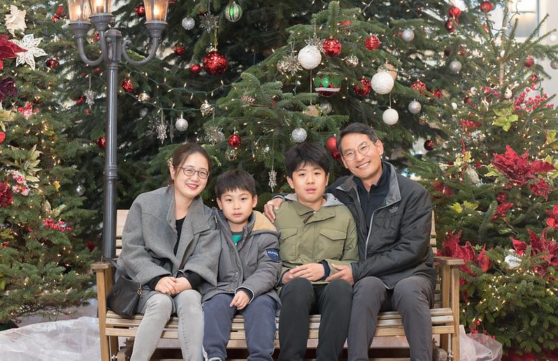 2017 Christmas Tree 앞에서