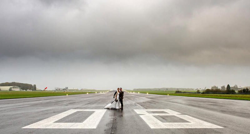 Landasan pesawat Bandara Cotswold bisa menjadi tujuan baru untuk latar foto pernikahan.