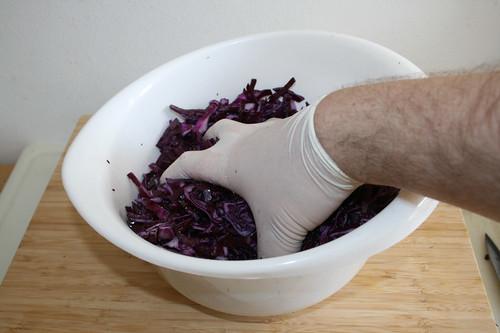 34 - Rotkohl durchkneten / Knead red cabbage