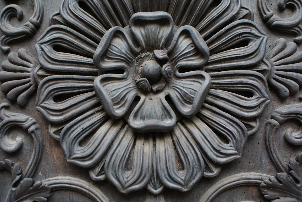 Motif fleuri sur une porte dans la ville de Turin.