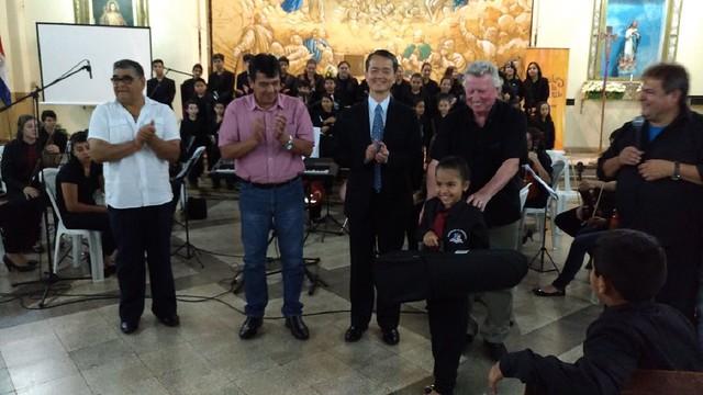 拉美-�方市-1061218 ��方市陳總領事出席Hernandarias市政府耶誕音樂會並�贈樂器 陳總領事與R市長�影