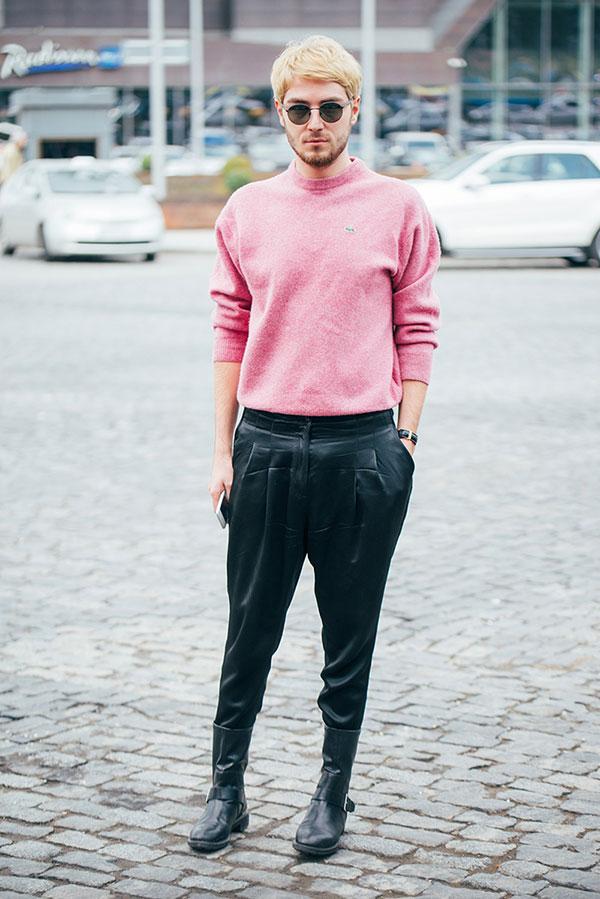 ピンクモックネックセーター×黒テーパードパンツ×黒ブーツ