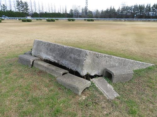 金沢競馬場の内馬場の芝生の真ん中にある謎のコンクリ