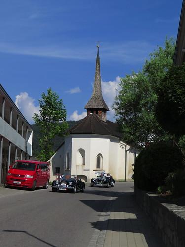 20170615 05 128 Jakobus Satteins Wolken Häuser Kapelle Turm Oldtimer Autos