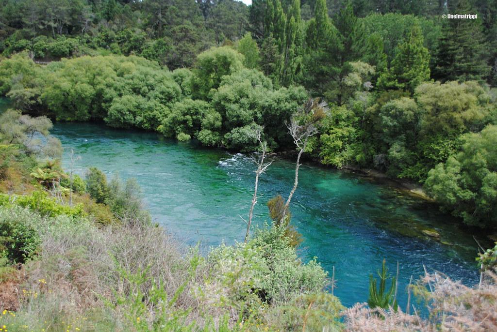 Turkoosi joki vihreässä maisemassa, Huka Falls, Uusi-Seelanti