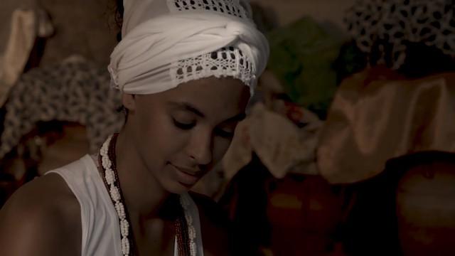 Héloa, que assina a direção do curta, também participa narrando sua história com a religião africana, o Candomblé e o amor por Oxum - Créditos: Reprodução