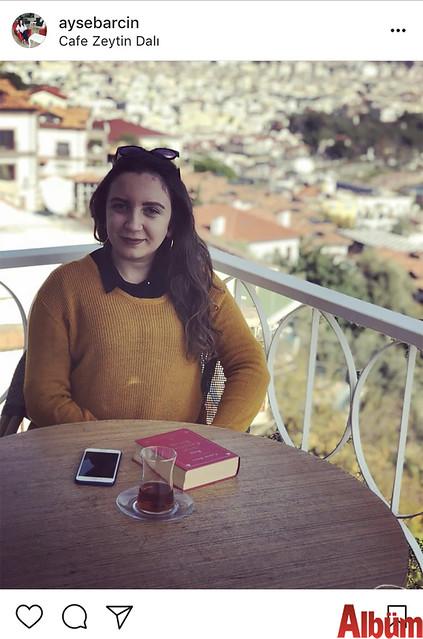 Ayşe Barcın, manzara eşliğinde çay ve kitap keyfi yaparak stres attı.