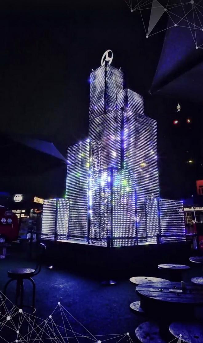 由數十個藍光螢幕構築而成的聖誕樹,將與AR裝置連結,播放民眾自拍的藝術人像照片