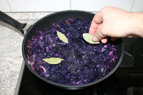 49 - Lorbeerblätter zu Rotkohl geben / Add bay leaves to red cabbage