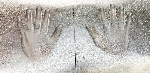 Handabdrücke in einem Stein im Memorial Park von Taipeh