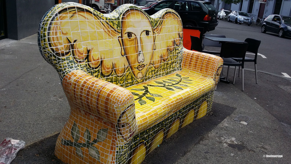 Mosaiikkisohva kadun varrella Fitzroyssä, Melbournessa