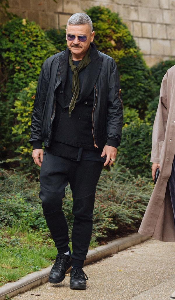 黒MA-1×黒ダブルブレストジャケット×黒Tシャツ×黒スウェットパンツ×Nikeエアフォース1黒