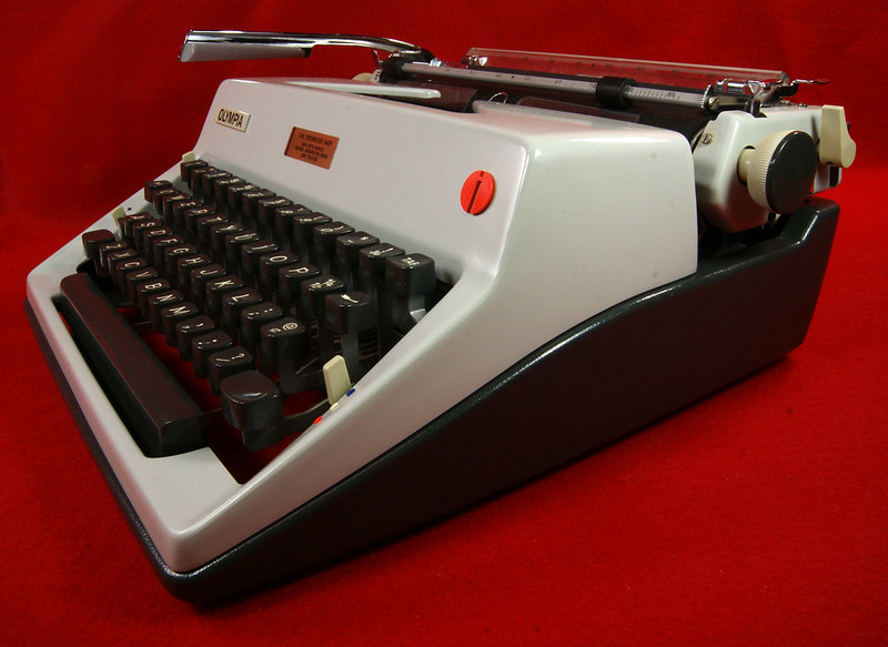 RD18946 1969 Olympia SM9 De Luxe Portable Typewriter with Hard Shell Case & Manual SN 3933039 DSC00011