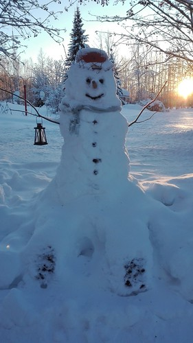 Lumiukko istuu Petäjäkankaalla