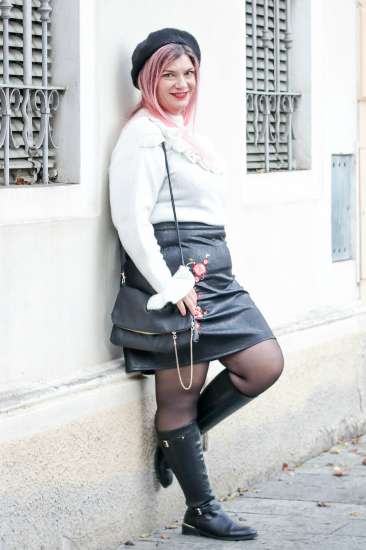 Outfit plus size rosso bianco e nero, maglione con balze e gonna ricamata (2)