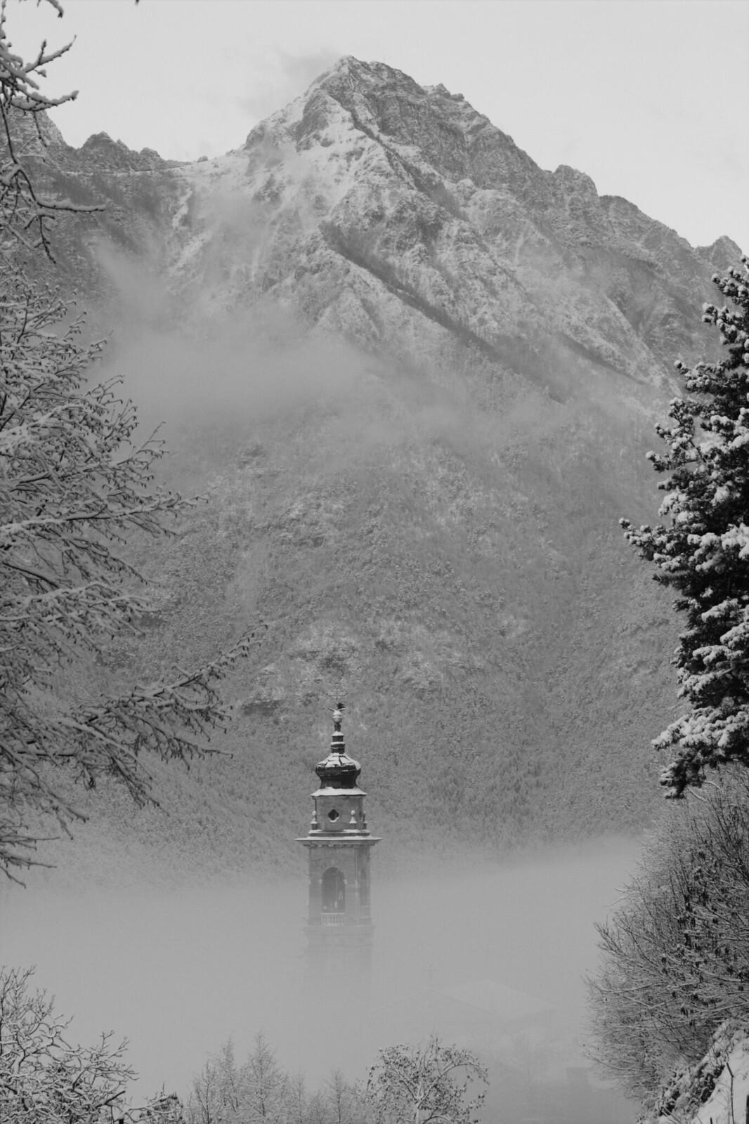 Il campanile di Parrocchia fra la nebbia