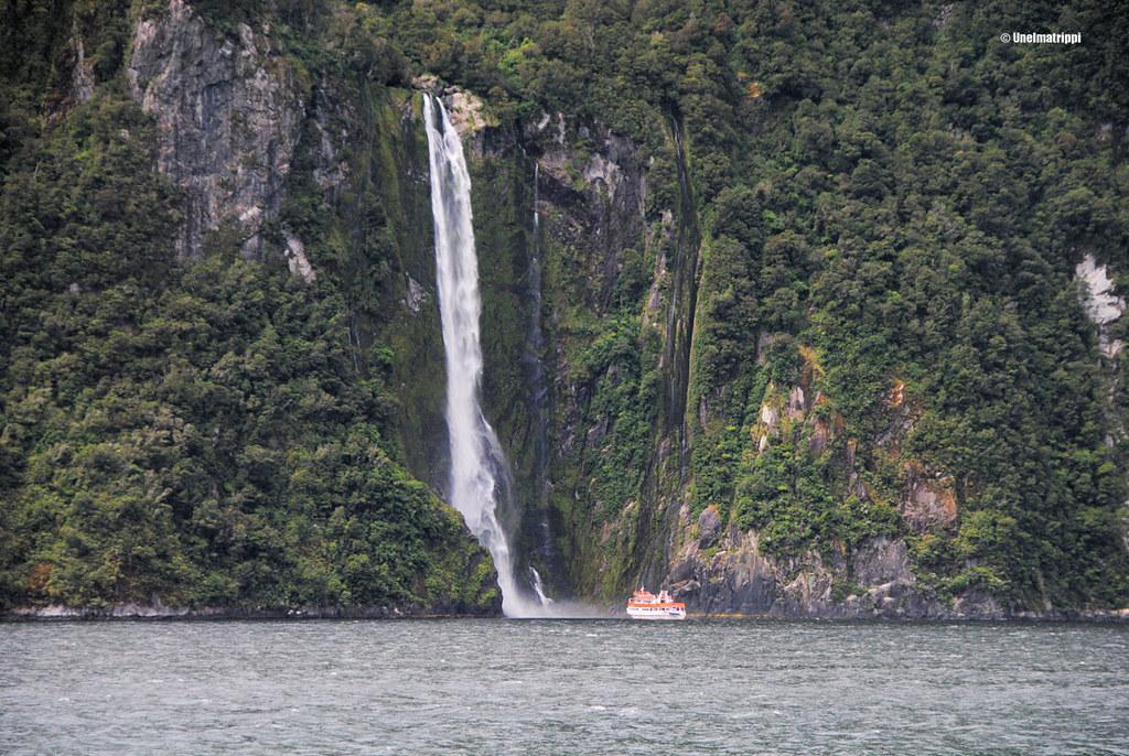 Laiva vesiputouksen alla, Milford Sound, Uusi-Seelanti