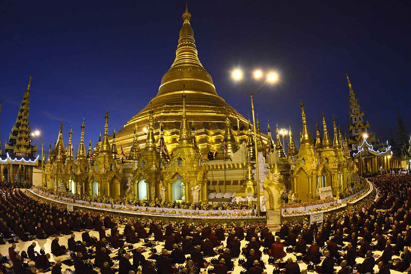 18 ribu bhikkhu berkumpul di Stupa Shwedagon untuk melakukan upacara buddhābhiseka pada Senin (1/1/2018)  di Yangon, Myanmar.