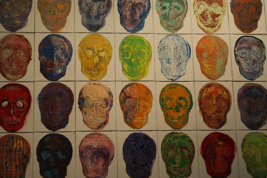 Tableau d'art avec des cranes de toutes les couleurs au musée des Confluences à Lyon.