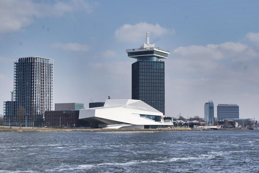 Vue sur l'Eye FilmMuseum et l'A'dam tower à Amsterdam.