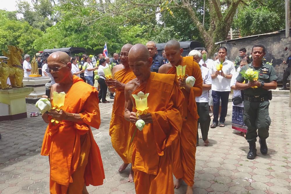 Para bhikkhu memimpin prosesi pradaksina Magha Puja 2560 / 2018 diikuti oleh umat dan aparat militer di Vihara Urai Rattanaram, distrik Bacho, Provinsi Narathiwat