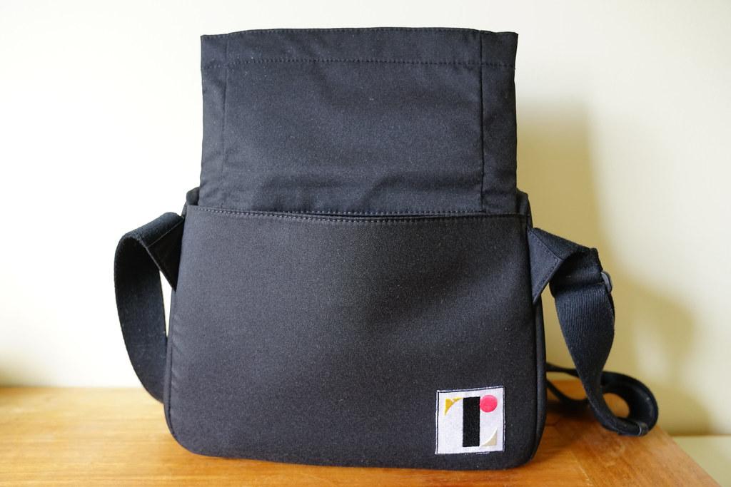 e2f85ed892f5 背面に隠された「のびるポケット」を引き出し、ここにPCを収納できるようになっています。