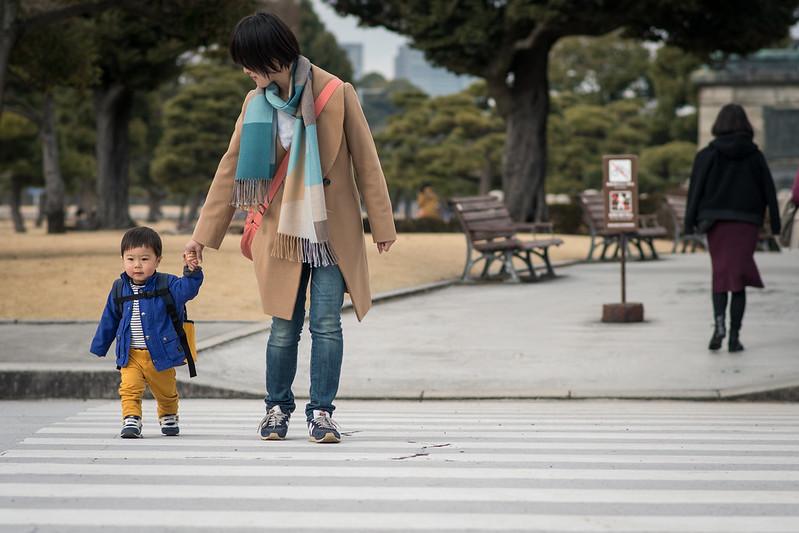 皇居外苑の横断歩道を歩く親子